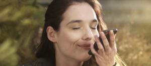 femme sent son smartphone