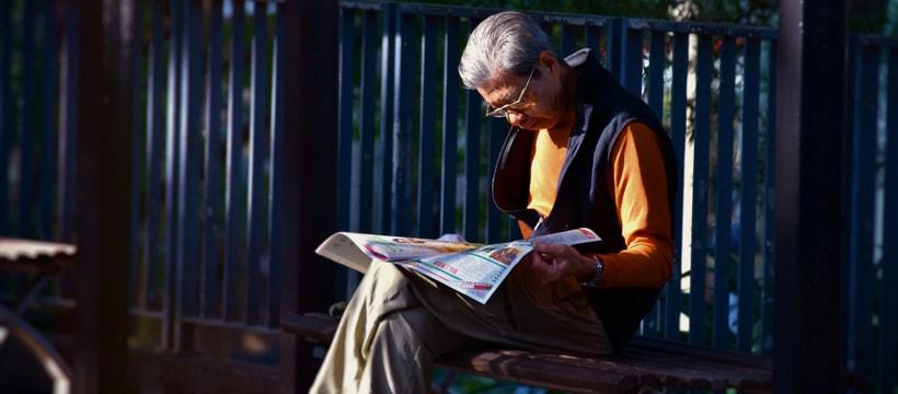 un vieil homme qui lit