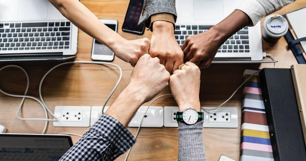 Des mains unies dans un bureau