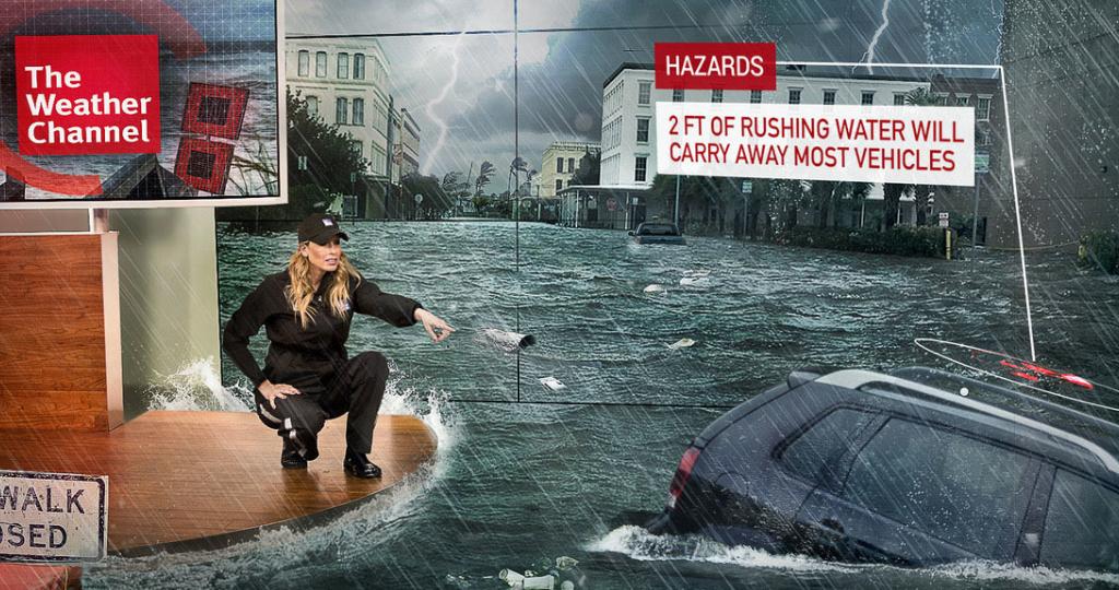 une femme sur son bureau regarde une voiture être emporté par le courant en réalité augmentée.