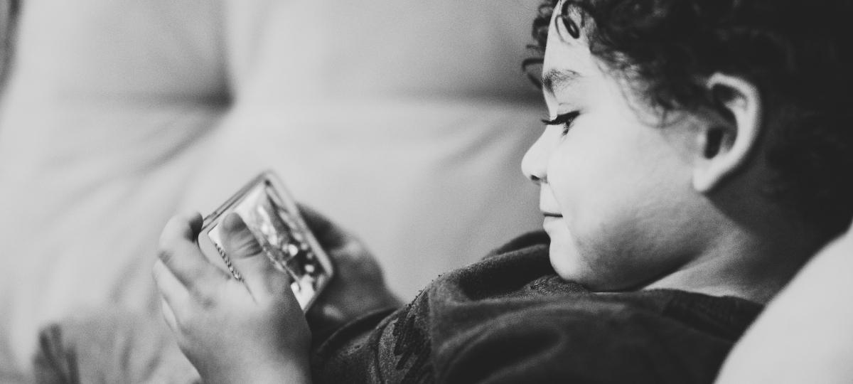 Enfant devant un smartphone