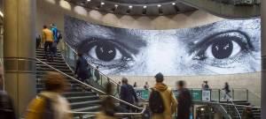 Une photo de JR dans la gare Saint-Lazare