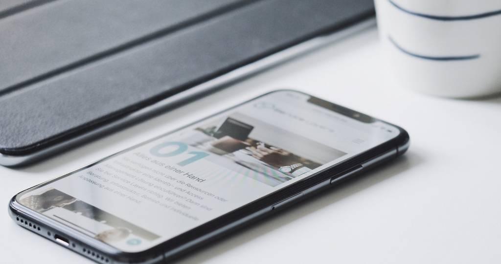 Smartphone sur une table