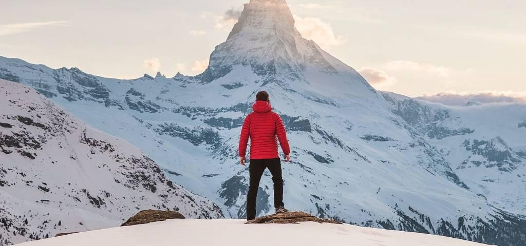 Un homme à la montagne