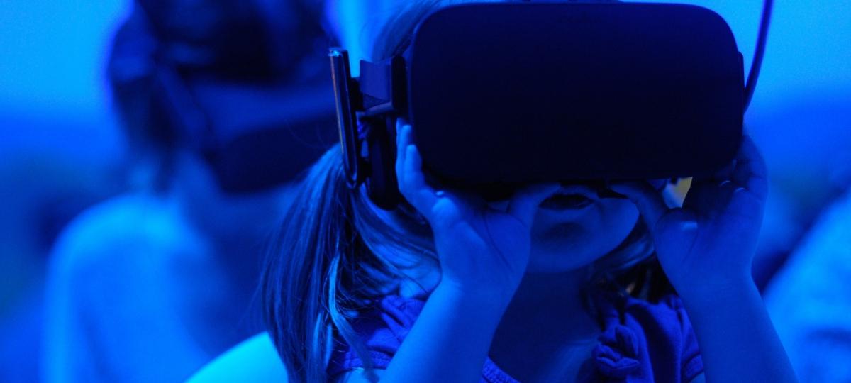 Une petit fille avec un casque de VR