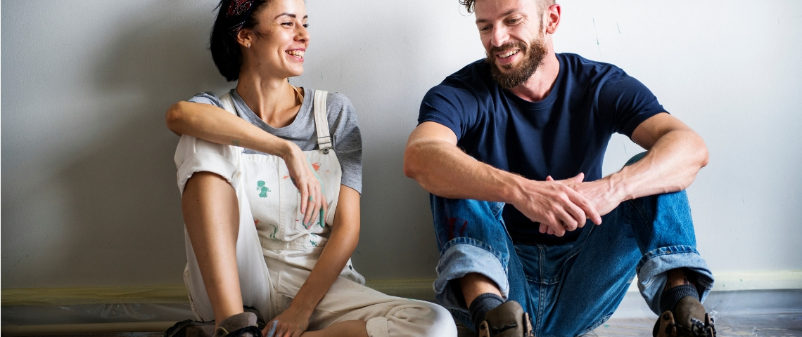 Un homme et une femme assis par terre
