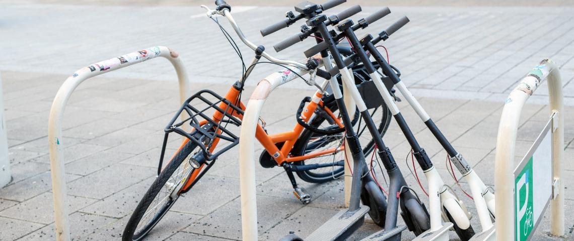 Des trottinettes et un vélo
