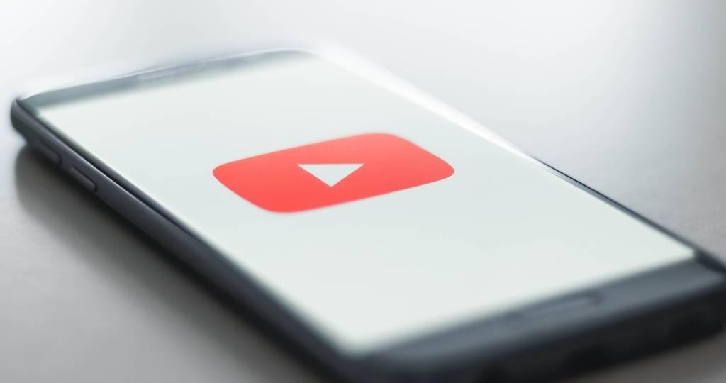 Un smartphone avec le logo de YouTube sur l'écran
