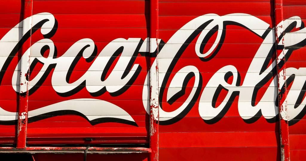 Logo blanc sur fond rouge , Coca Cola