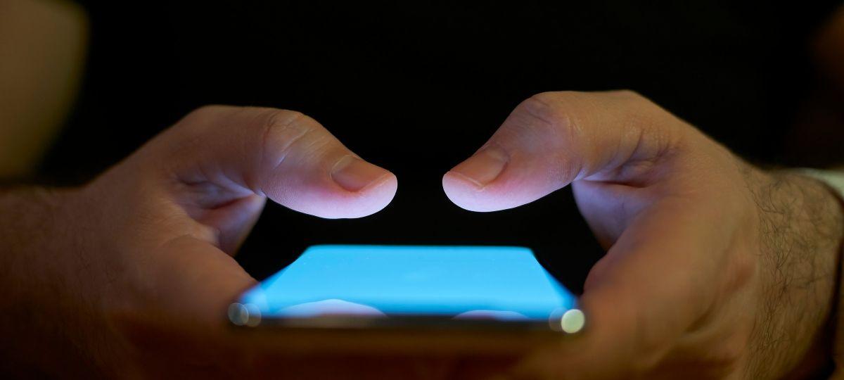 Mains tenant un smartphone