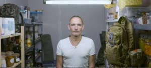 Un homme se tient de face dans son bunker de survie