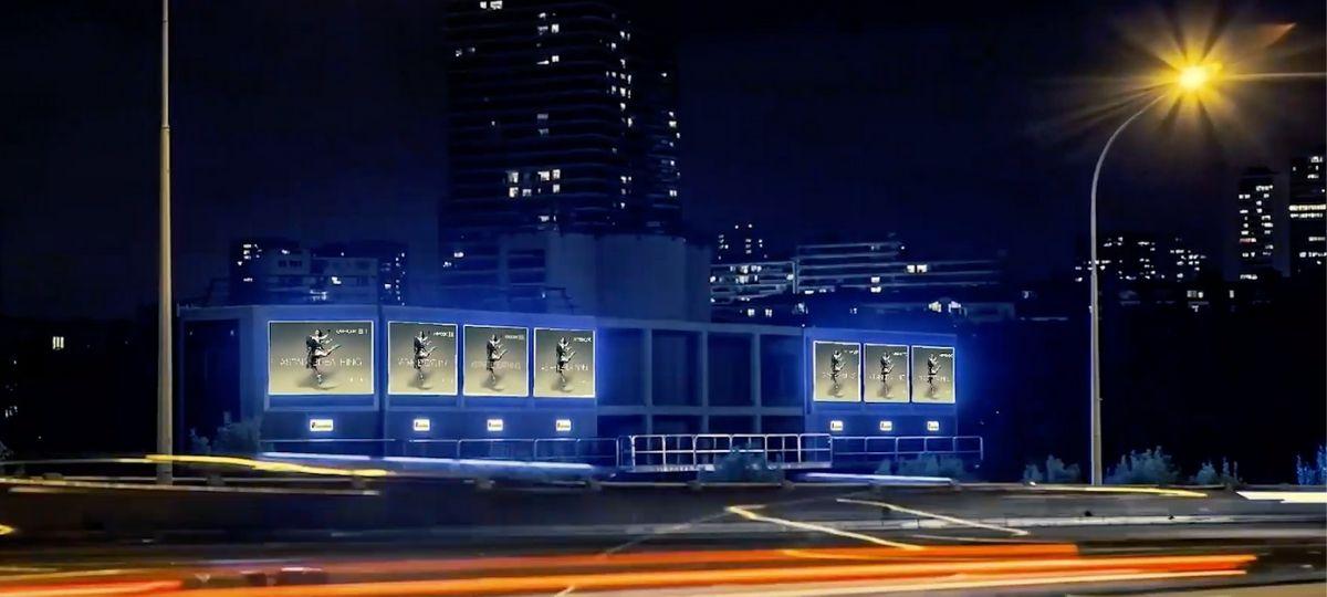 Sept panneaux d'affichage, pris de nuit