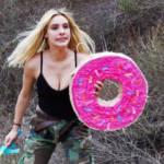 Une jeune filles avec un bouclier en forme de donut