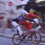 Des hommes qui font du BMX dans les rues de Paris
