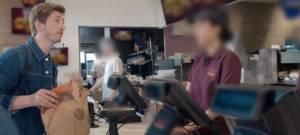 Un homme propose un Wrap Burger King à une employée d'un concurrent