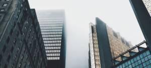 Des grattes-ciel touchent les nuages