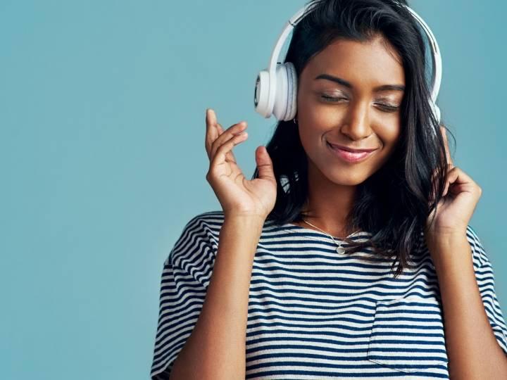 Une femme qui écoute de la musique avec un casque