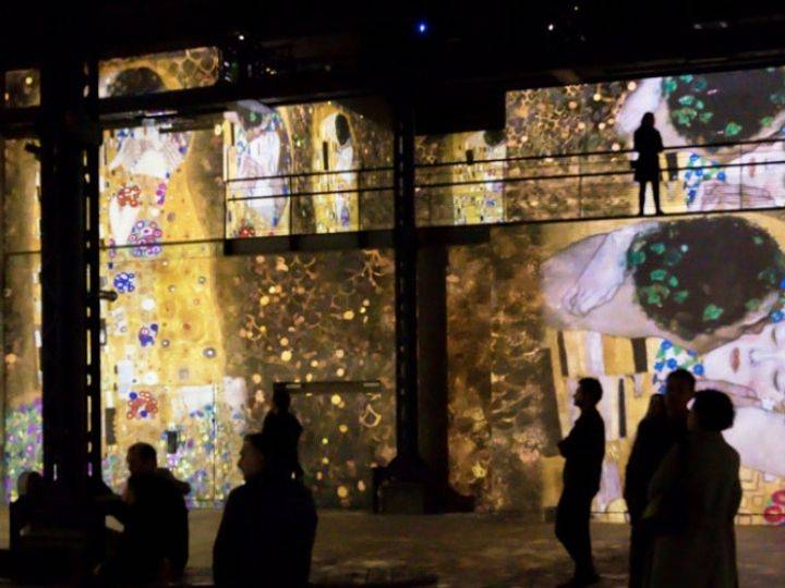 Projection du  - Baiser -  de Gustav Klimt à L'atelier des Lumières