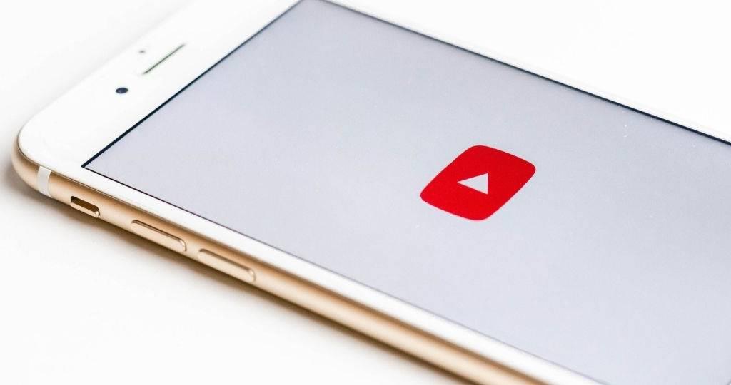 Un smartphone sur l'application de la plateforme vidéo, YouTube