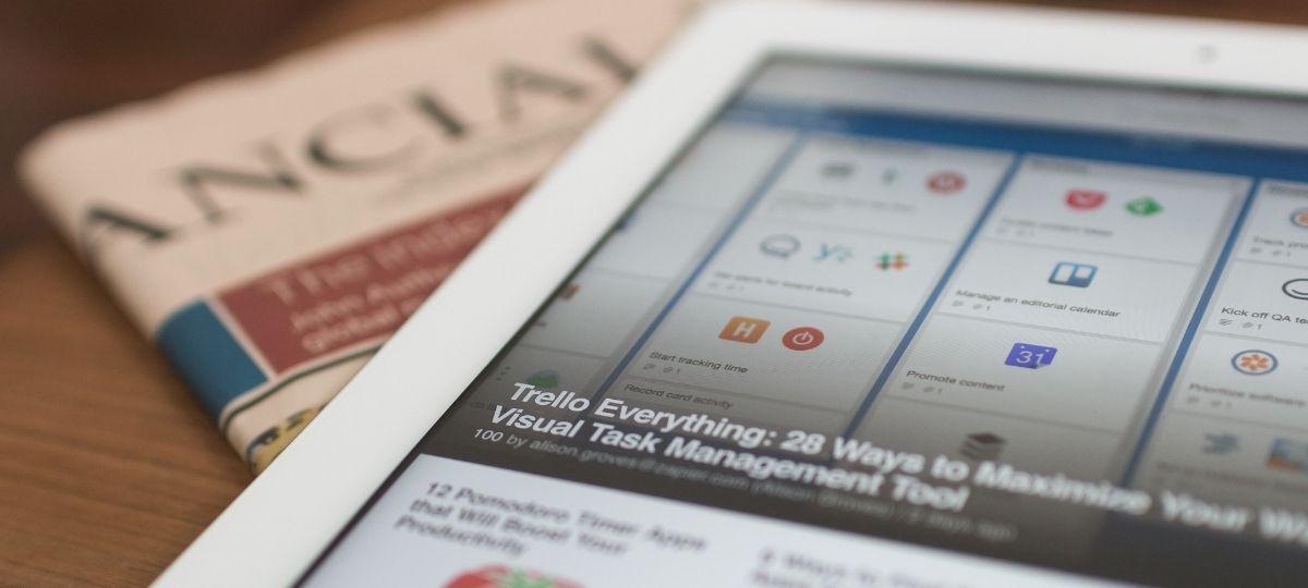 Une tablette tactile posée sur un journal