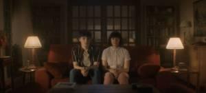 Deux jeunes adolescents sont assis sur un canapé