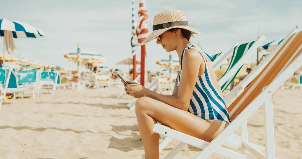 Une femme en maillot de bain à la plage