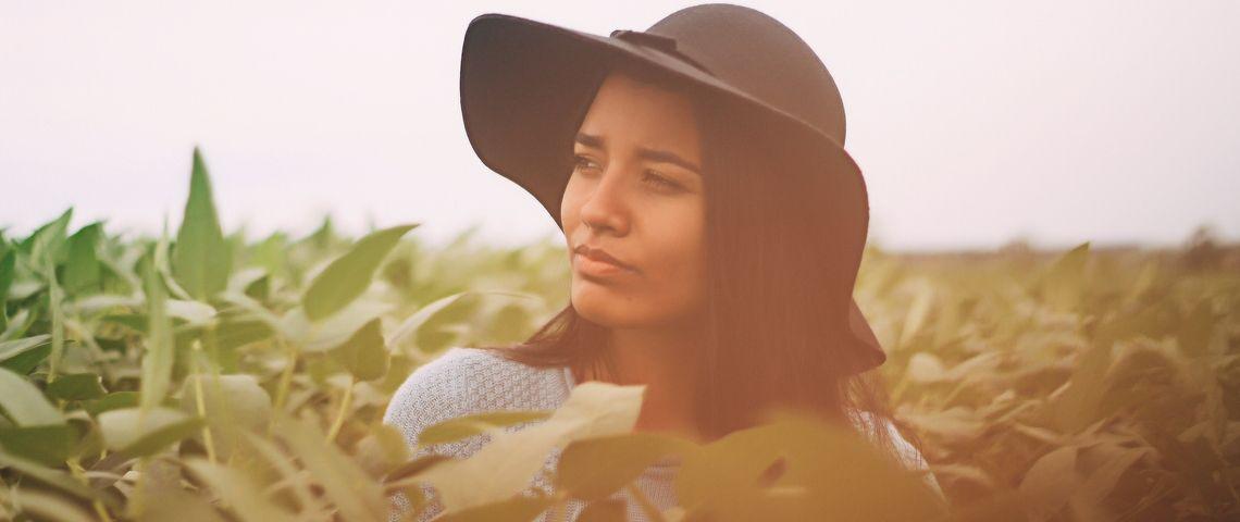 Une femme portant un chapeau dans les champs