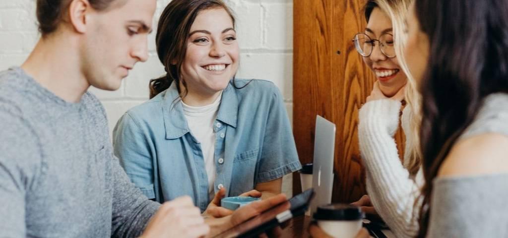 Quatre personnes parlent autour d'une table