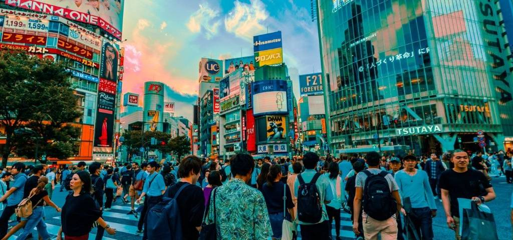 Des japonais marchent dans la rue