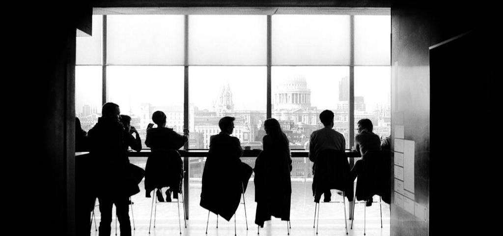 Des personnes assises face à une fenêtre