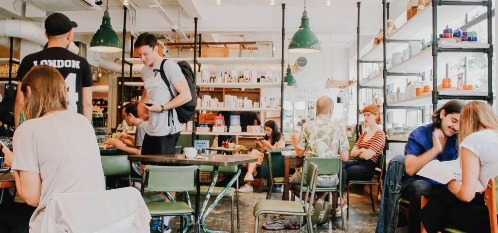 Des gens mangent dans une cafétéria