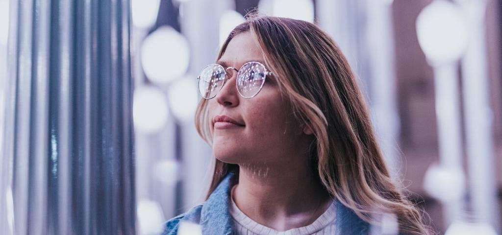 Une femme avec des lunettes dans la lulière