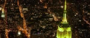 Empire state building de nuit illuminé en jaune