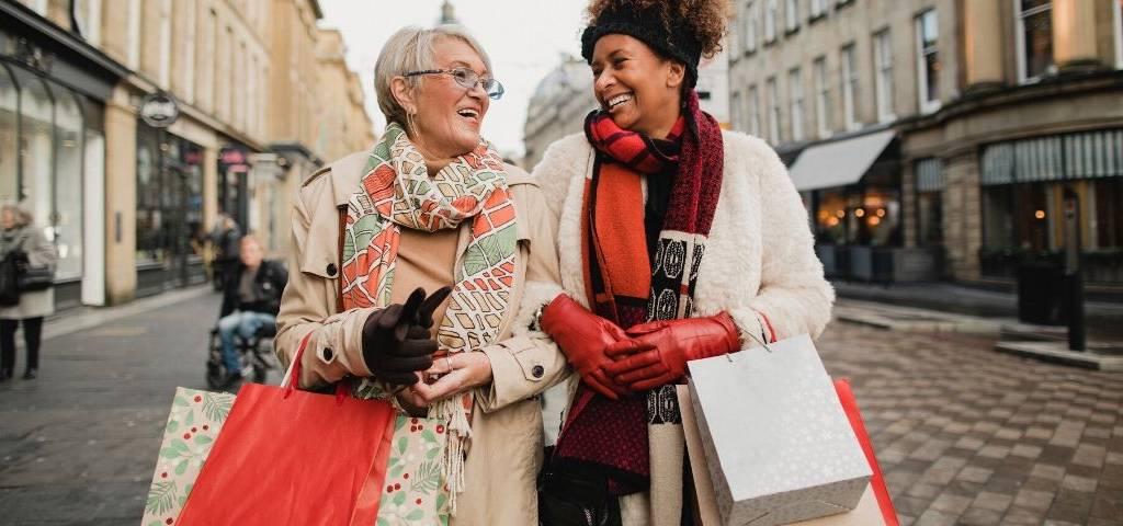 Deux femmes font du shopping
