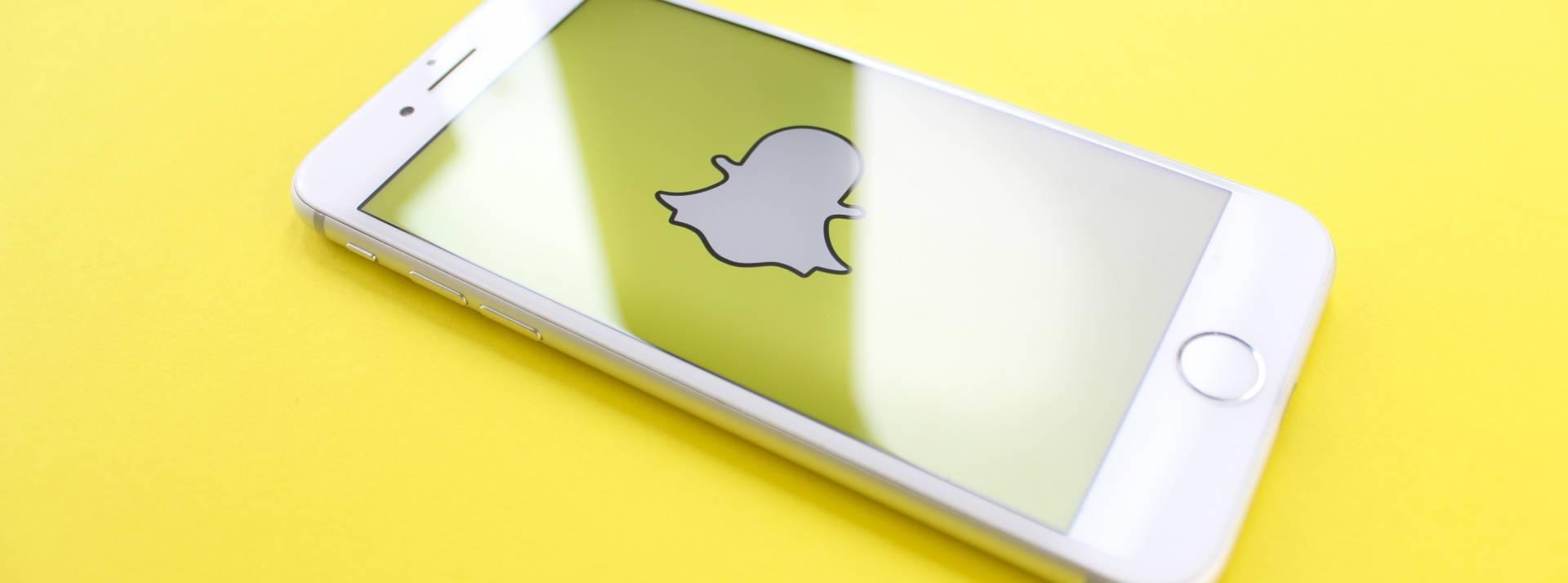 Smartphone avec le logo Snapchat au centre