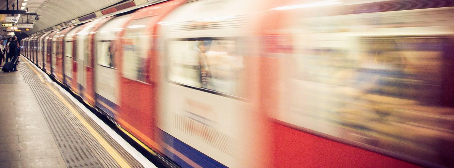 Photo d'un métro en pleine vitesse