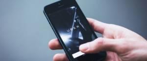 Photo d'un telephone avec Uber écrit sur l'écran