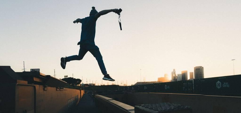 Un jeune homme enjambe les rails