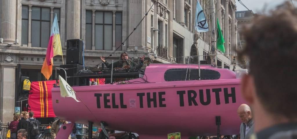 Un char Tell the truth dans une manif