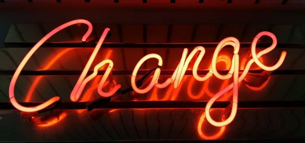 Le mot  - change -  en néon