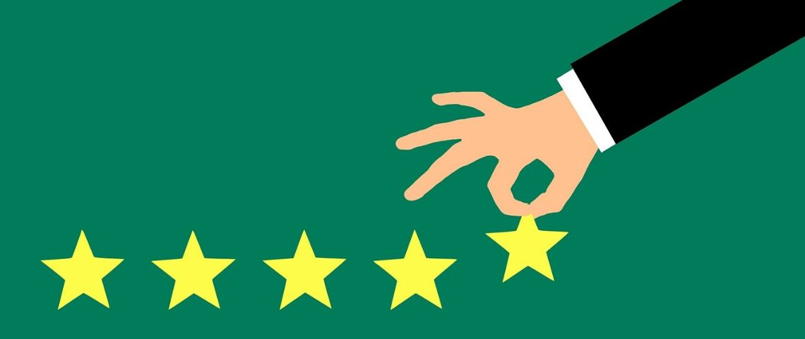 Main enlevant une étoile sur une série de 5