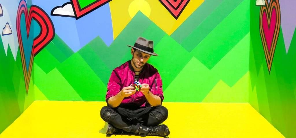 Un homme qui joue au rubixcube