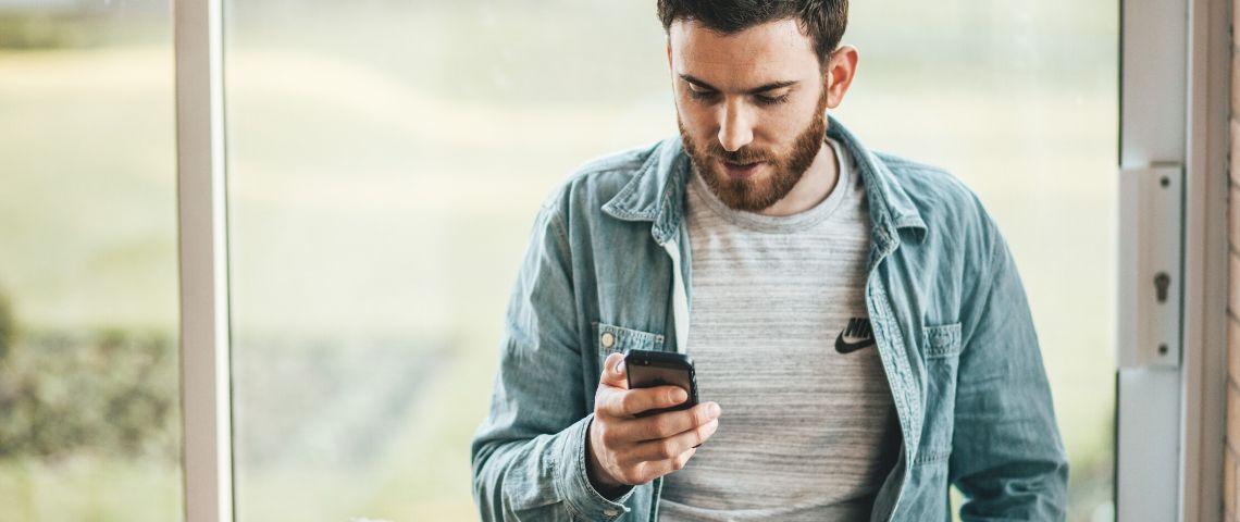 Un homme laisse un avis sur Google mobile