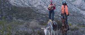 Deux alpinistes chantent pour dans une campagne Patagonia