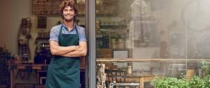 Un commerçant attend ses clients avec le sourire