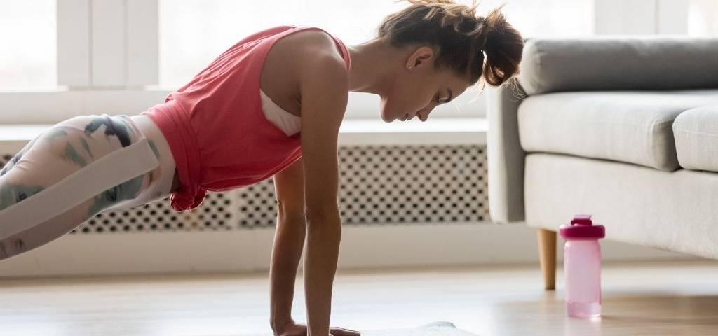 Une femme fait des exercices à la maison