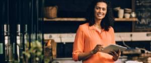 Une entrepreneuse avec son i-pad