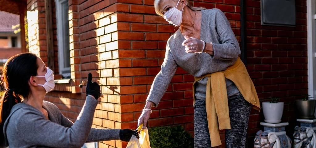 Une femme fait les courses pour une personne agée