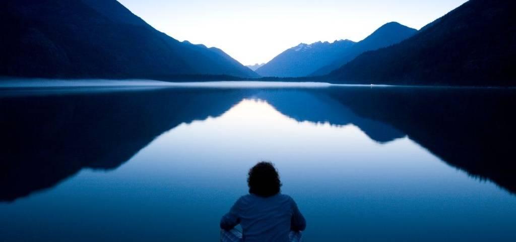Un homme sur un lac