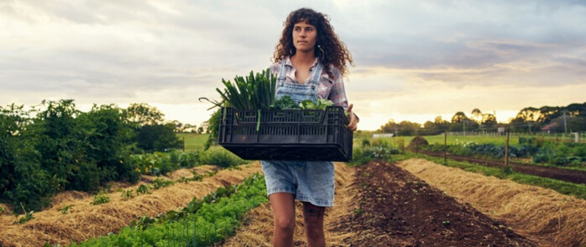 Une agricultrice dans son champs